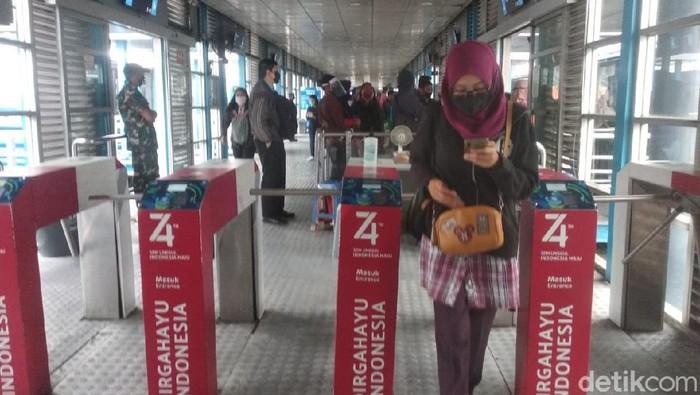 Hari kedua pemberlakuan ganjil-genap (gage), tidak terdapat antrean penumpang di Halte Transjakarta (TJ) Harmoni, Jakarta Pusat.
