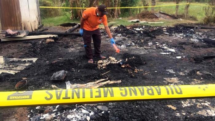 Malang benar nasib bocah perempuan berumur 7 tahun di Kecamatan Woja, Kabupaten Dompu, NTB. Korban diperkosa RD (18), lalu dibakar bersama rumahnya.