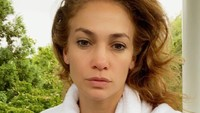 J-Lo Pamer Selfie Tanpa Make-up Lagi, Awet Mudanya Natural Banget