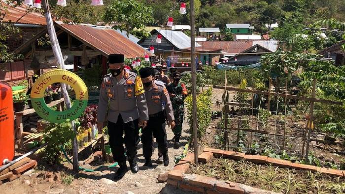 Kapolres Sumbawa, AKBP Widy Saputra bersama anggotanya dan personel TNI mengecek kondisi desa di Sumbawa, NTB