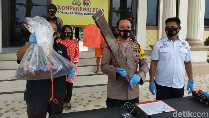 Kapolres Tanjung Jabung Barat, AKBP Guntur Saputro saat menujukkan barang bukti kasus suami bunuh istri gegara duit Rp 20 ribu. (Dok Polres Tanjabbar)