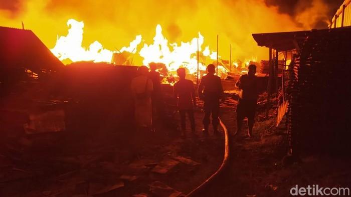 Gudang kayu dan mebel di Jalan Banda, Desa Gedangsewu, Kecamatan Pare ludes terbakar. Kerugian pemilik gudang ditaksir mencapai Rp 1,5 miliar.