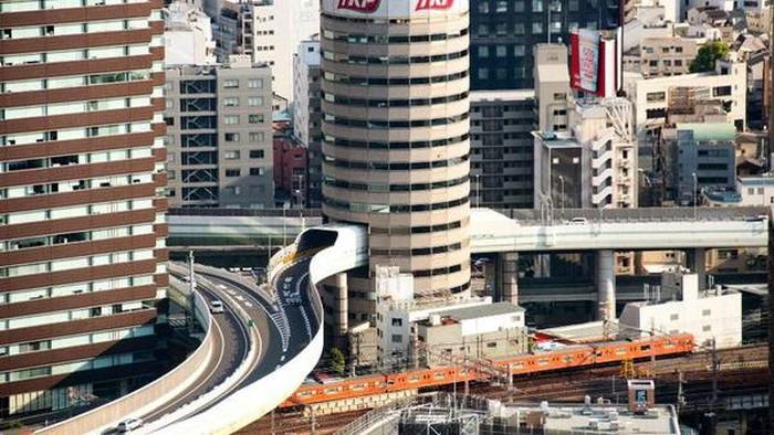 Banyak jalan tol di dunia yang melewati gedung-gedung pencakar langit. Namun, jalan tol di Jepang ini berbeda. Pasalnya jalur tol ini menembus ke dalam gedung.