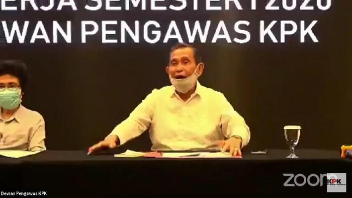 Ketua Dewas KPK Tumpak Panggabaen (tengah) dalam penyampaian kinerja Dewas KPK semester I 2020 (YouTube KPK)