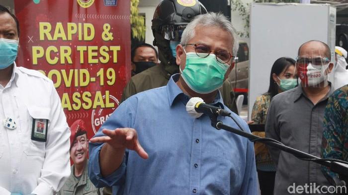 Ketua KPU Arief Budiman memantau penyelenggaraan tes Swab di halaman kantor pusat KPU, Jakarta, Selasa (4/8/2020).