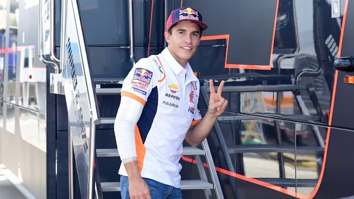 Repsol Honda Teams Spanish rider Marc Marquez makes the victory sign on the sidelines of the Andalucia Grand Prix at the Jerez race track in Jerez de la Frontera on July 26, 2020. - Marquez will not start the Andalucia MotoGP in Jerez after dropping out of qualifying four days after an operation on a broken arm. (Photo by JAVIER SORIANO / AFP)