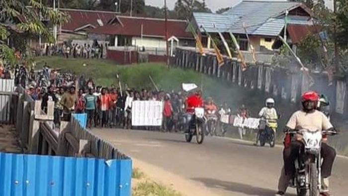 Massa merusak kantor BKD dan kantor Bupati Mappi dalam demo protes hasil penerimaan CPNS.