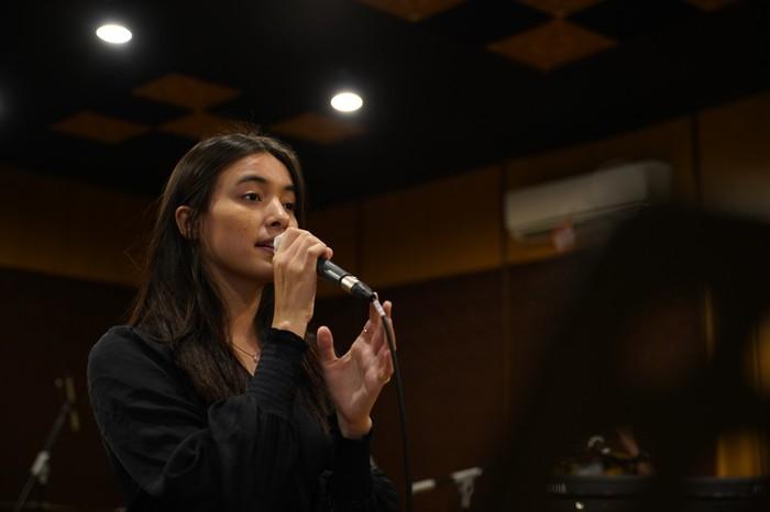 Mawar de Jongh latihan untuk konser virtual