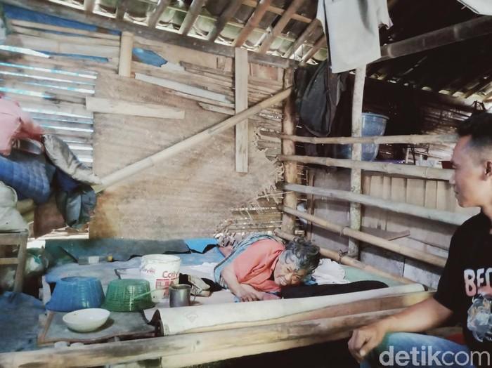 Mbah Slamet, lumpuh dan tinggal dalam rumah bambu dekat kandang ayam, Klaten, Selasa (4/8/2020).