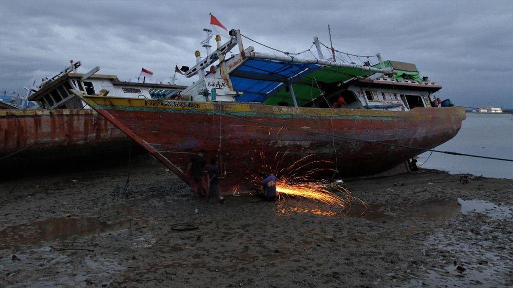 Melihat Jasa Perbaikan Kapal Nelayan di Teluk Kendari