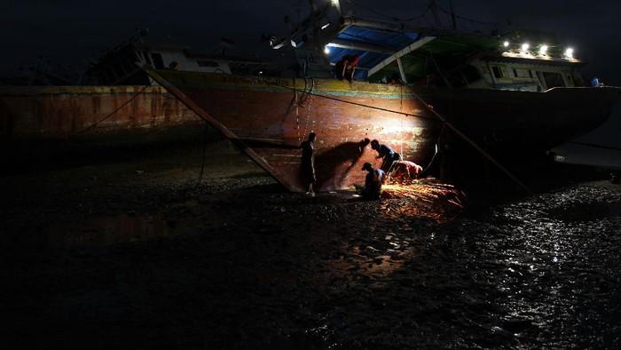 Kapal-kapal nelayan butuh perawatan dan perbaikan. Biaya perbaikan penambalan serta pengecatan kapal mencapai Rp 40 juta per unitnya.