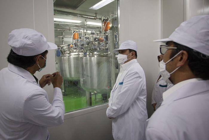 Menteri Badan Usaha Milik Negara (BUMN) Erick Thohir (tengah) saat meninjau fasilitas produksi vaksin COVID-19 di kantor Bio Farma, Bandung, Jawa Barat, Selasa (4/8/2020). Menteri BUMN Erick Thohir menyatakan PT Bio Farma (Persero) telah mampu memproduksi vaksin COVID-19 dengan kapasitas 100 juta vaksin. ANTARA FOTO/Dhemas Reviyanto/hp.