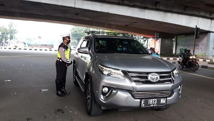 Polisi Memberhentikan Sejumla Pengendara yang Langgar Aturan Ganjil Genap