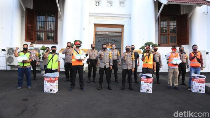 Polrestabes Surabaya mendistribusikan ribuan Alat Pelindung Diri (APD) ke 150 perwakilan kampung tangguh. Ribuan APD tersebut untuk membantu Satgas Kampung Tangguh dalam penanganan COVID-19.