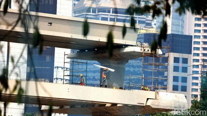 Pembangunan proyek Lintas Raya Terpadu (LRT) Jabodebek terus dikebut. Salah satunya seperti terlihat di lintas pelayanan 2 rute Cawang–Kuningan–Dukuh Atas.