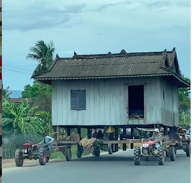 Rumah panggung dibawa dengan traktor