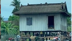 Luar Biasa! Pindahan Rumah tapi Rumahnya Ikut Dibawa Pakai Traktor