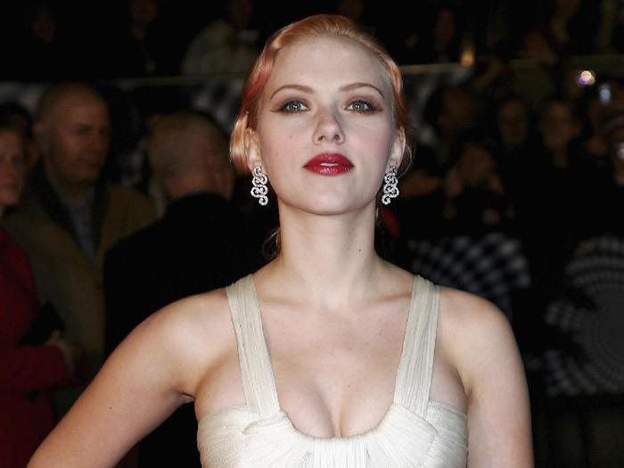 LONDON - NOVEMBER 05:  Actress Scarlett Johansson arrives at the UK Premiere of