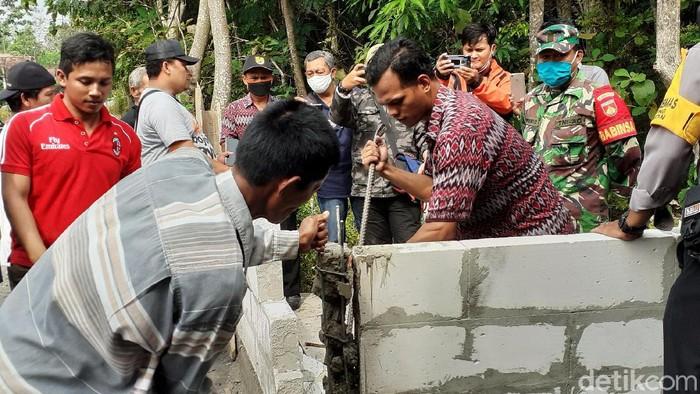 Jalan desa yang berada di kawasan Sragen sempat ramai diperbincangkan karena ditutup tembok. Kini tembok itu diketahui telah dibongkar.