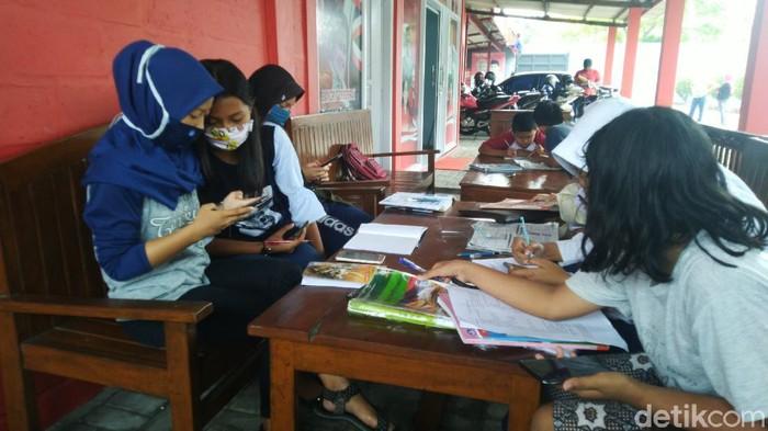 Siswa belajar daring numpang wifi di rumah warga di Kab Semarang