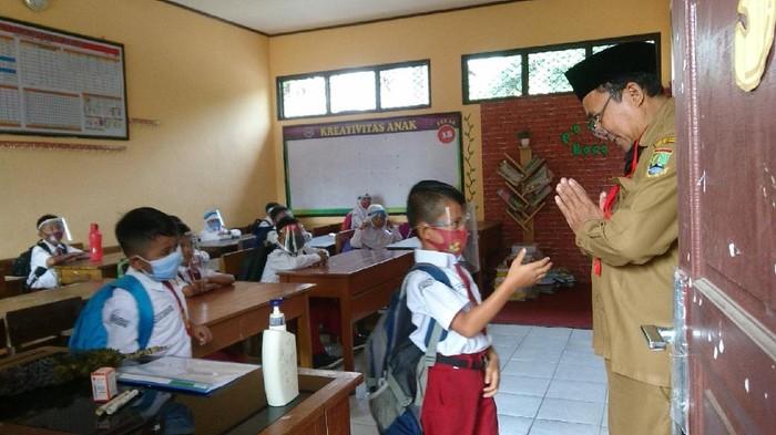 Siswa diajarkan beri salam guru tanpa jabat tangan