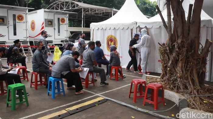 Pegawai KPU dan para jurnalis mengikuti tes Swab COVID-19 di halaman kantor pusat KPU, Jakarta, Selasa (4/8/2020).Tes tersebut diselenggarakan oleh KPU bekerjasama dengan Badan Intelijen Negara (BIN).