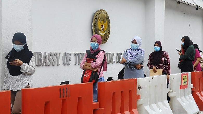 Pemerintah Malaysia umumkan mulai 1 Agustus masker wajib dipakai di dalam semua tranportasi umum. Warga yang tak patuhi aturan terancam denda hingga Rp 3 juta.