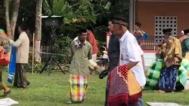 Tangkapan layar video viral Kakek Sakka salat Idul Adha menggunakan seragam SMA (dok. Istimewa).