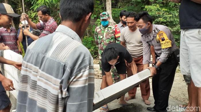 Tembok penutup akses jalan di Dukuh Ngledok, Desa Gading, Kecamatan Tanon, Sragen dibongkar