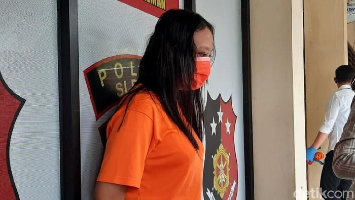 Bisnis prostitusi online yang baru seminggu dijalankan perempuan bernama Siti Fatimah (23) berakhir. Ia ditangkap karena menjajakan anak di bawah umur.