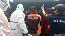 Petugas Ber-APD Lengkap Evakuasi Penumpang Angkot yang Tewas Mendadak