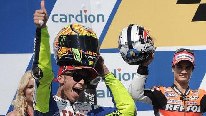 Italys Valentino Rossi (L) and Spains Dani Pedrosa celebrate at the podium after the Moto  Grand Prix in Brno on August 16, 2009. Italys Valentino Rossi on a Yamaha won the MotoGP race ahead of Spains Dani Pedrosa and Toni Elias at the Czech Grand Prix meeting here on Sunday to extend his overall championship lead and all but clinch a ninth world title.  AFP PHOTO/JOE KLAMAR (Photo by JOE KLAMAR / AFP)