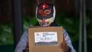 Aksi Bagi Paket Makanan Untuk Pegulat Bertopeng di Tengah Pandemi