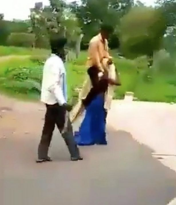 Wanita dipaksa menggendong suami karena dituduh selingkuh