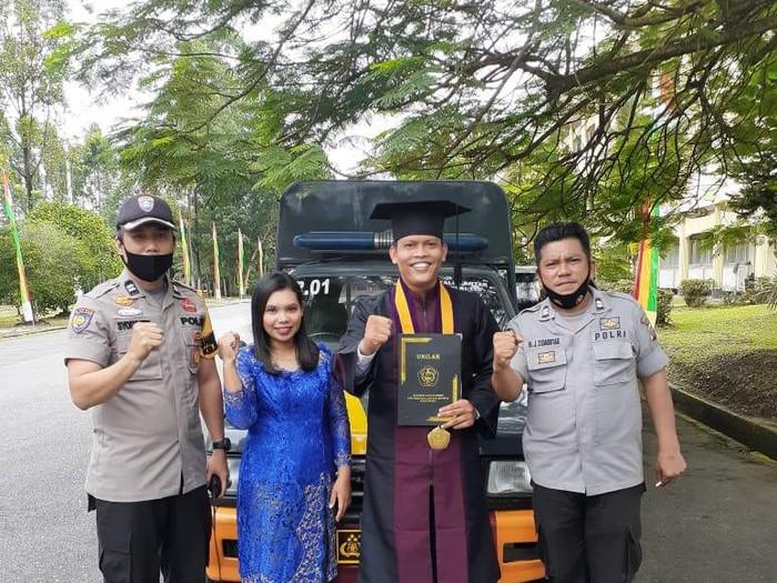 Wisudawan mengggunakan mobil patroli polisi di Unilak Pekanbaru