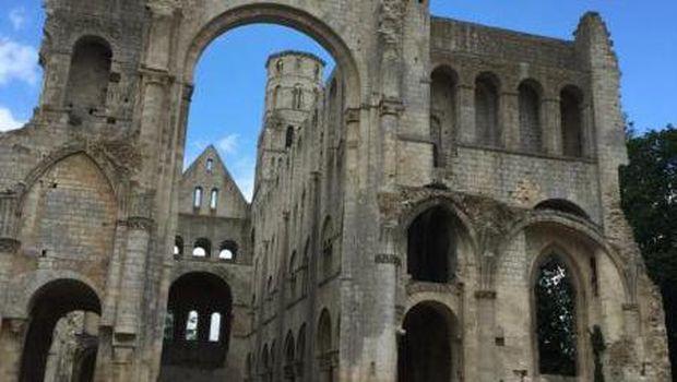 Reruntuhan biara di Normandie, Prancis.