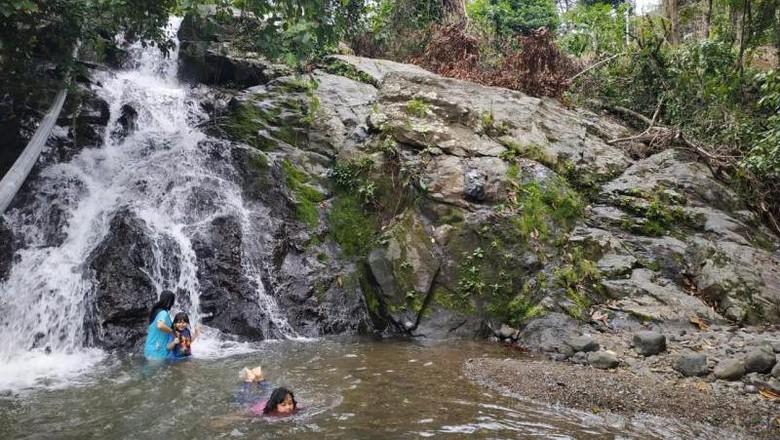 Air terjun mini di Aceh Jaya.