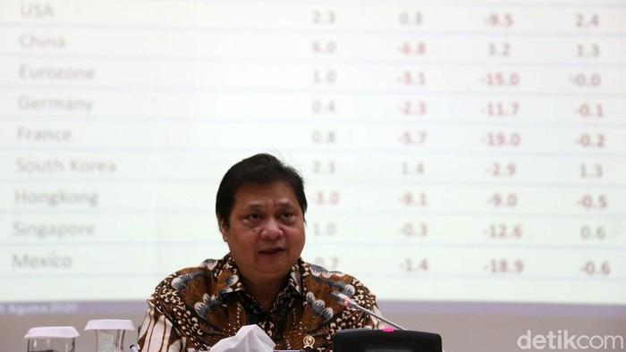 Menko Perekonomian Airlangga Hartarto memberikan keterangan pers skenario pemulihan ekonomi terkait Corona. Skenario pemulihan ekonomi disiapkan hingga tahun depan.