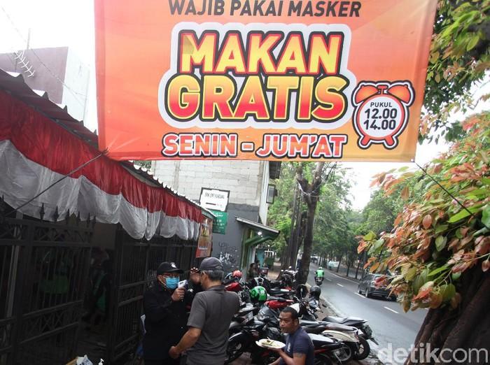 Selain cegah virus Corona, masker juga berikan manfaat lain bagi warga di Jatinegara. Pasalnya bila pakai masker di kawasan itu bisa dapat makan gratis lho.