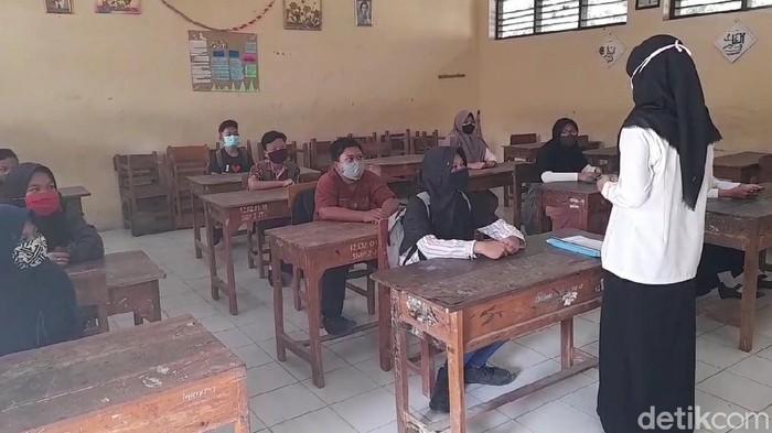 SMP Negeri 2 Jatibarang, Brebes, Jawa Tengah, sudah hampir tiga pekan ini menggelar sekolah tatap muka karena banyak siswa tidak punya smartphone.