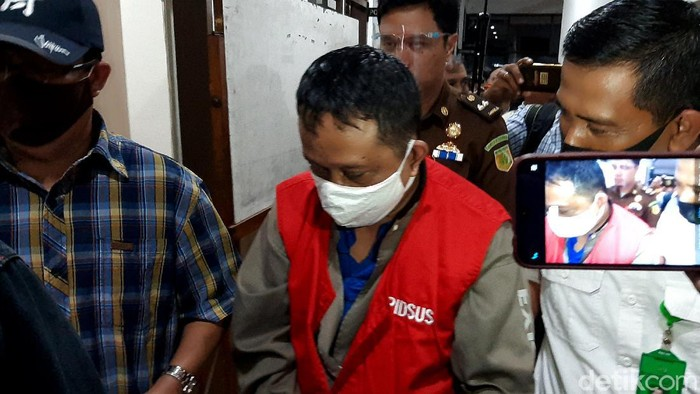 Buron kasus korupsi Pertamina Marine Region Cilacap senilai Rp 4 miliar berinisial AY ditangkap tim Kejari Cilacap. Ia ditangkap di Yogyakarta semalam.
