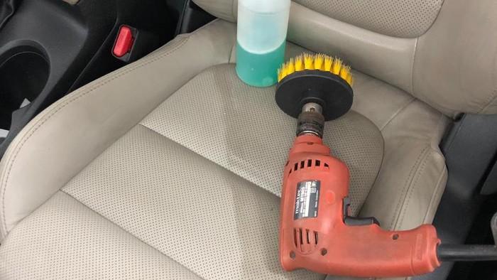 Cara membersihkan jok mobil yang sudah berumur