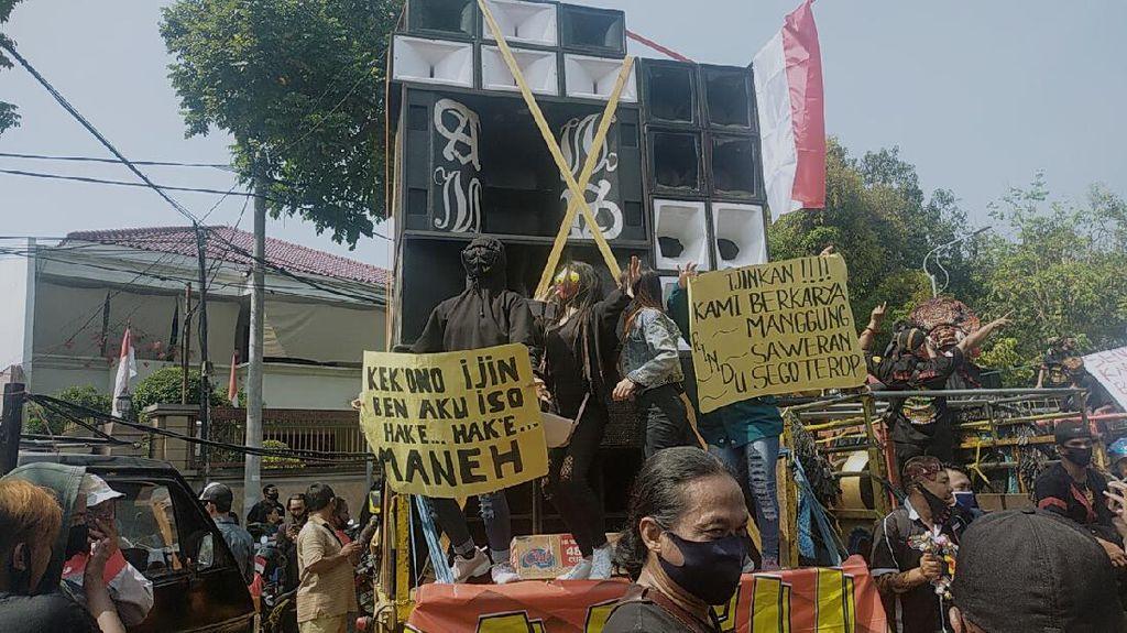 Pekerja Seni Ngeluruk Balai Kota Surabaya Tuntut Izin Hajatan Diterbitkan