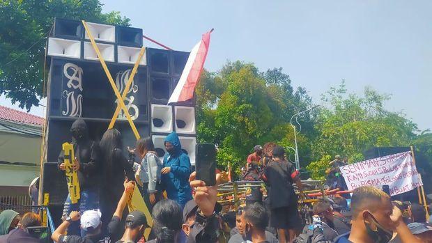 demo pekerja seni di balaikota surabaya tuntut izin dibuka