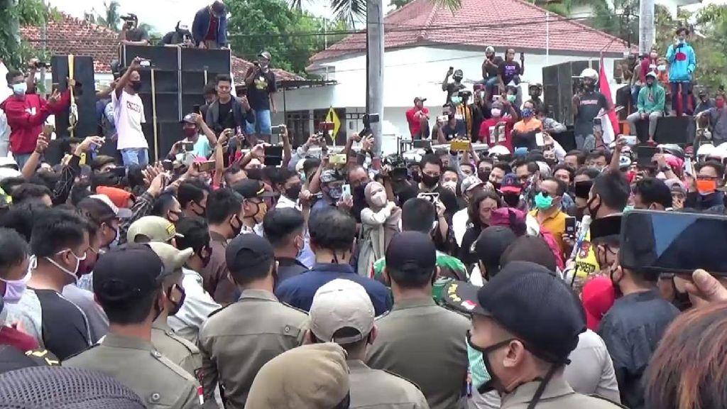 Ratusan Pekerja Seni Demo Banyuwangi Tuntut Acara Hajatan Dibuka Kembali