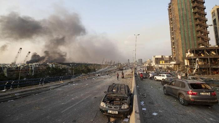 Dua ledakan besar mengguncang area pelabuhan di Beirut, Lebanon, Selasa (4/8) waktu setempat. Selain menghancurkan jendela gedung, ledakan ini juga merusak sejumlah mobil.