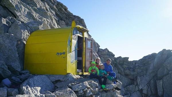 Keluarga tersebut melakukan pendakian selama 3 hari. Mereka menginap semalam di gubuk alpine dan dua malam di tempat peristirahatan bivak. (Foto: Instagram @leo_houlding)