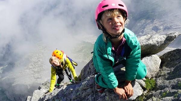 Berkat pencapaiannya ini, Jackson dinobatkan sebagai pendaki termuda yang berhasil mencapai puncak dengan bantuan ibunya. Sementara Freya menjadi pendaki termuda yang mampu mendaki tanpa bantuan. (Foto: Instagram @leo_houlding)