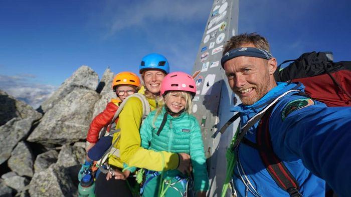 Foto: Bocah 3 Tahun dan Keluarganya Taklukan Gunung 3.000 Meter