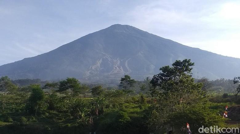 Gunung Ciremai di Kabupaten Kuningan.